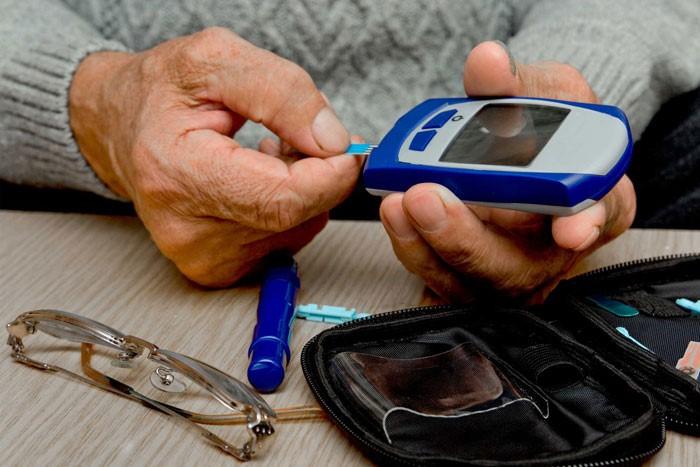 تفاوت دیابت نوع 1 و 2 در علائم اولیه و علت ابتلا به هر دو نوع بیماری به چه صورت است؟