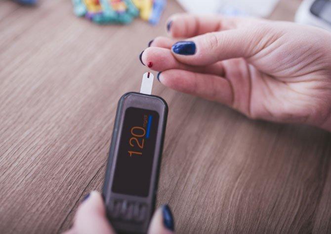 عوامل مهمی که به وجود آمدن دیابت کتواسیدوز را بیشتر می کنند، شامل چه مواردی می شوند و ریسک فاکتورهای اصلی بیماری دیابت کتواسیدوز کدام موارد هستند؟