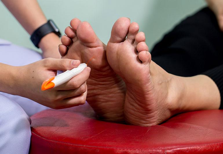 ایجاد ضربه، خشکی و فشار برروی پا