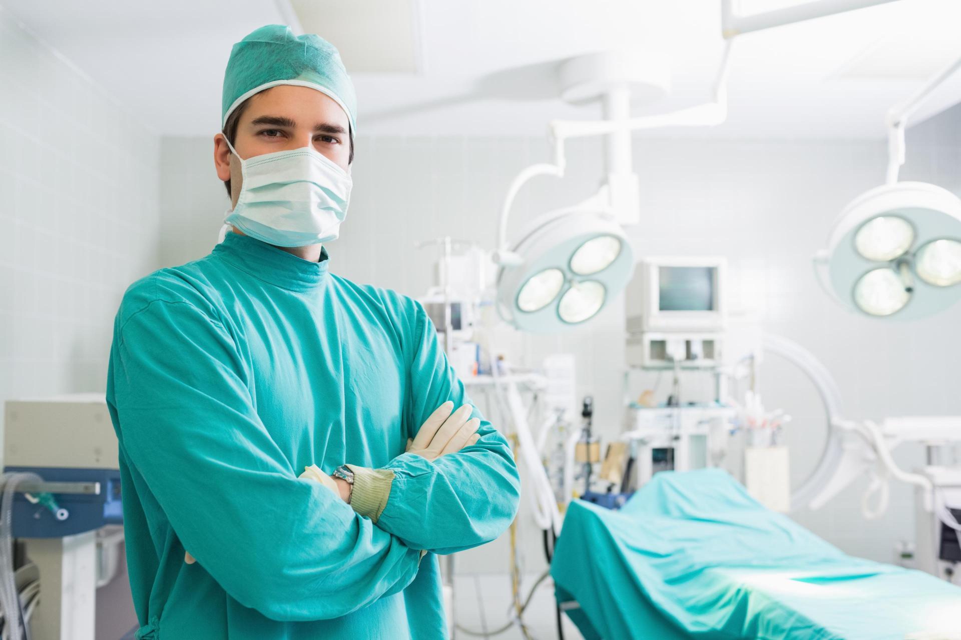 پشتیبانی و راهنمایی بیمار بعد از عمل توسط جراح