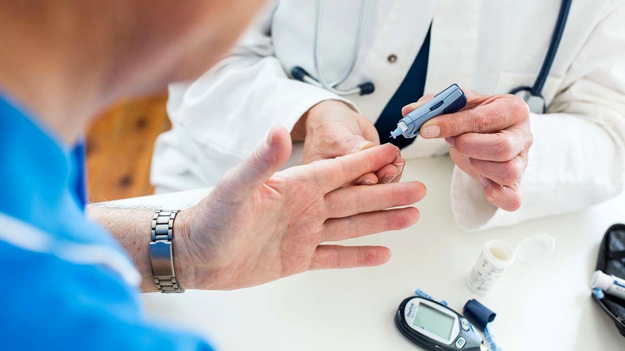 چه دلیلی میتواند نتیجه آزمایش هموگلوبین A1C را بدون اعتبار کند؟