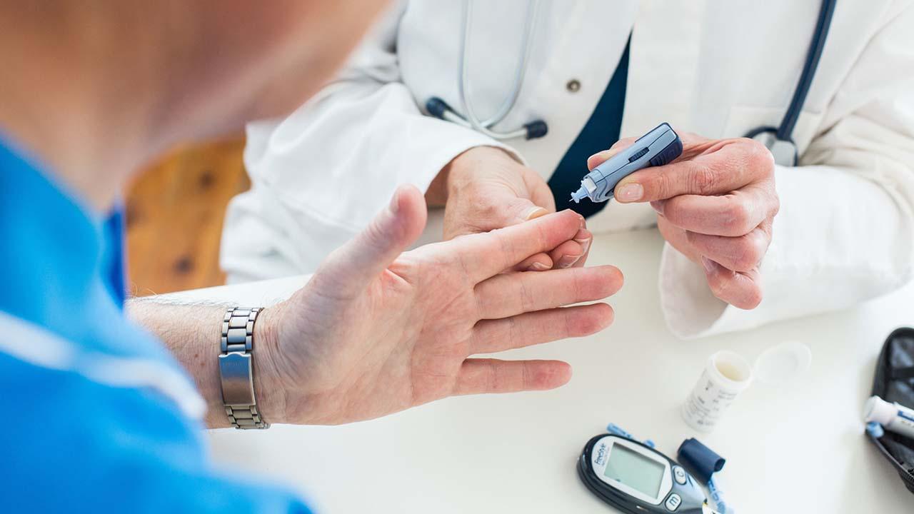 پزشک برای اطمینان از ابتلا و یا عدم ابتلای شما به بیماری دیابت یک آزمایش تجویز می کند