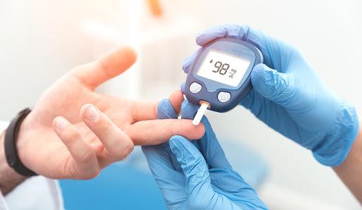 آیا در زمینه ی مجموعه اقدامات برای کم نمودن احتمال رینوپاتی دیابتی اطلاعاتی دارید؟