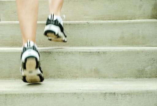 از پله ها بالا بروید