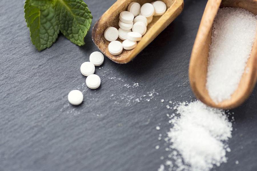شیرین کنندهی مصنوعی ساخارین چیست و از نظر طعم و شیرینی چه مشخصاتی دارد؟